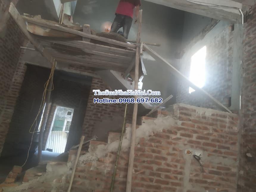 Đội thợ sửa chữa hoàn thiện công trình xây dựng tại Hà Nội